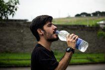 איש שותה מים